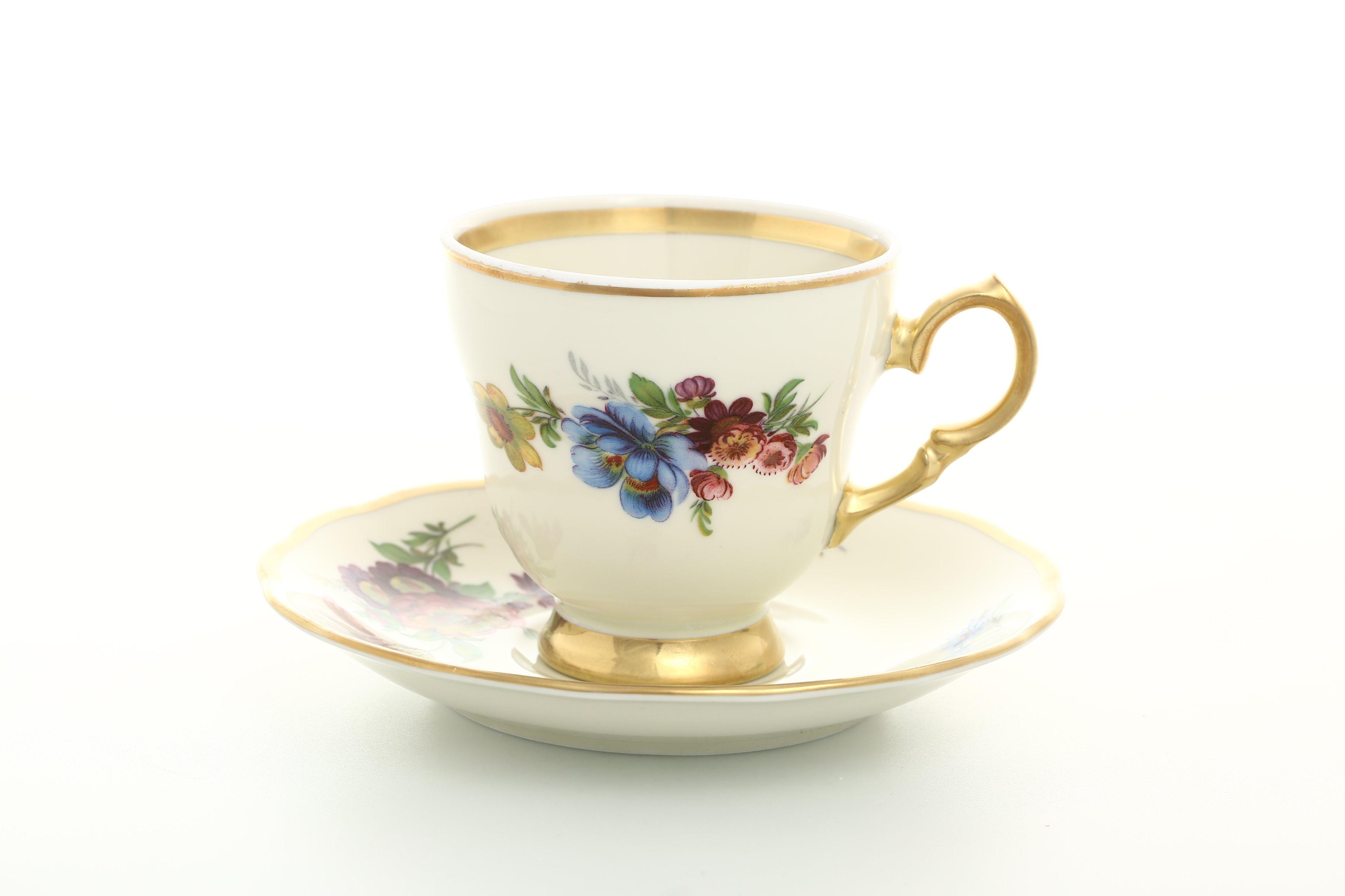 Санкт, букет цвета и чайная пара красного цвета